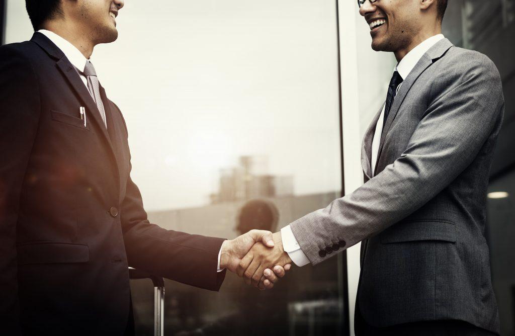 To personer som håndhilser